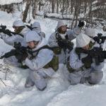 Entspannungspolitik zwischen Militärs:  Norwegische Truppen besuchen russische Truppen.