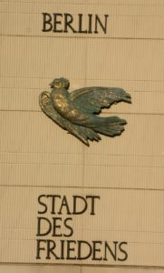 Gerhard Thiemes Friedenstaube, Berlin, Nikolaiviertel, by SpreeTom, Wikimedia commons